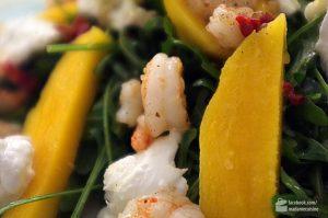 Rucola mit Garnelen, Mango und Büffelmozarella | Madame Cuisine