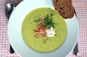 Zucchinicremesuppe mit Räucherlachsstreifen und Kresse | Madame Cuisine