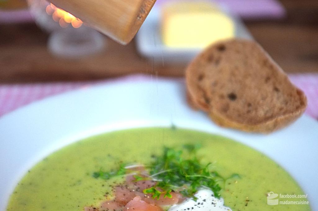 Zucchinicremesuppe mit Räucherlachsstreifen und Kresse | Madame Cuisine Rezept