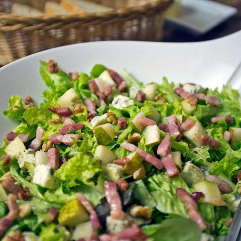 Grüne Blattsalate mit Gorgonzola, Birne und Speck | Madame Cuisine