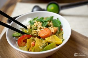 Erdnuss-Kokos-Curry mit frischem Gemüse | Madame Cuisine