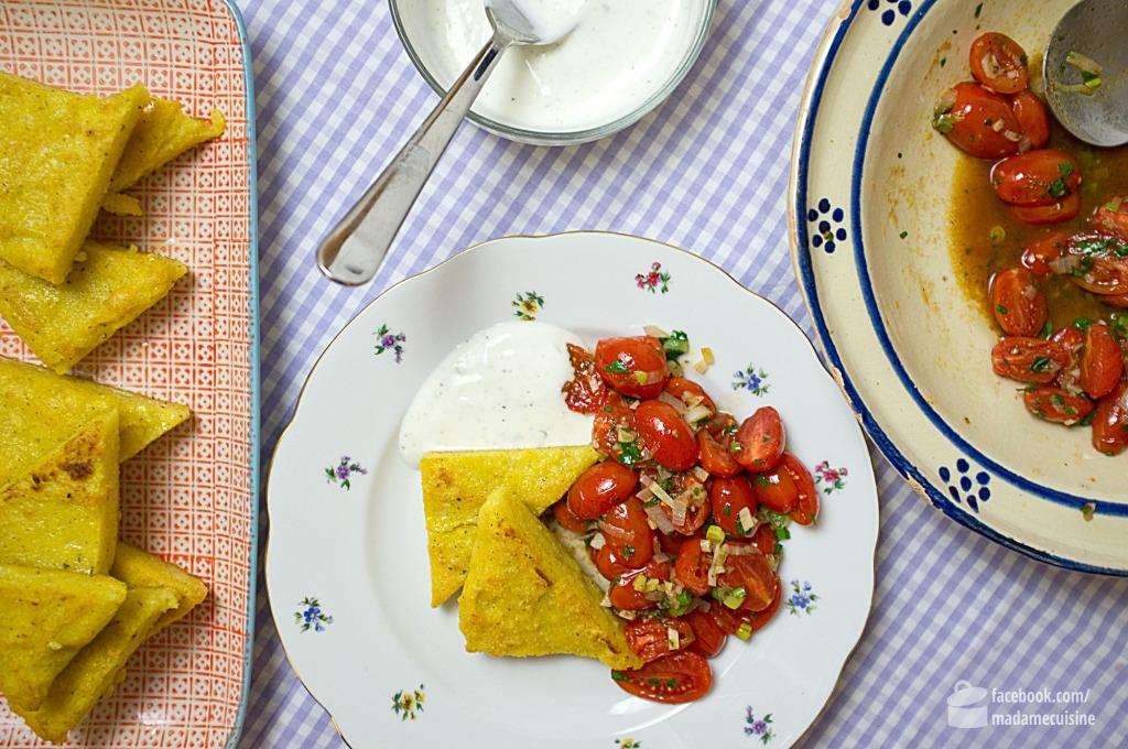 Polentaschnitten mit lauwarmem Tomatensalat und Limonenjoghurt | Madame Cuisine Rezept