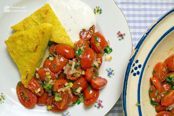 Polentaschnitten mit lauwarmem Tomatensalat und Limonenjoghurt | Madame Cuisine