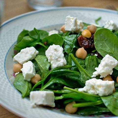 Arabischer Spinatsalat mit Kichererbsen & Rosinen | Madame Cuisine