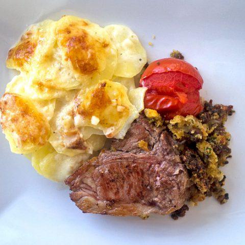 Lammkarree mit Olivenkruste & Rotweinsauce | Madame Cuisine