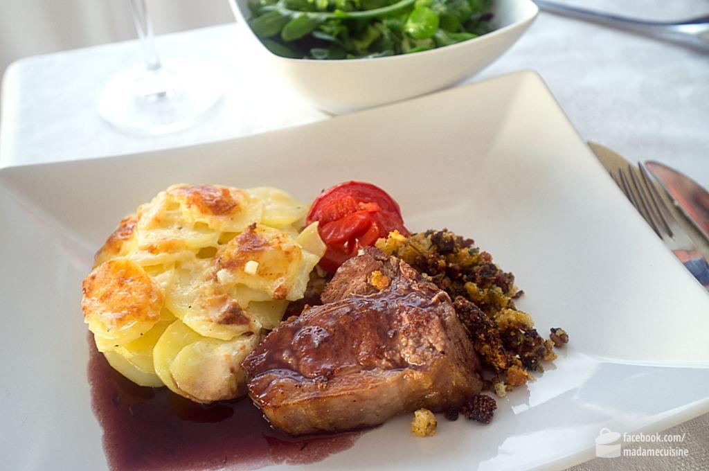Lammkarree mit Olivenkruste & Rotweinsauce | Madame Cuisine Rezept