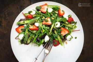 Spargel-Salat mit Erdbeeren