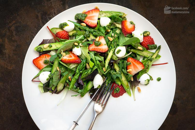 spargel salat mit erdbeeren basilikum pesto madame cuisine. Black Bedroom Furniture Sets. Home Design Ideas