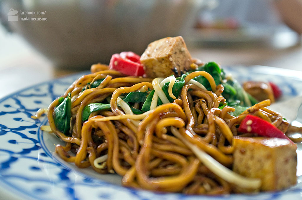 Asia-Bratnudeln mit Pfeffersoße & Tofu | Madame Cuisine Rezept