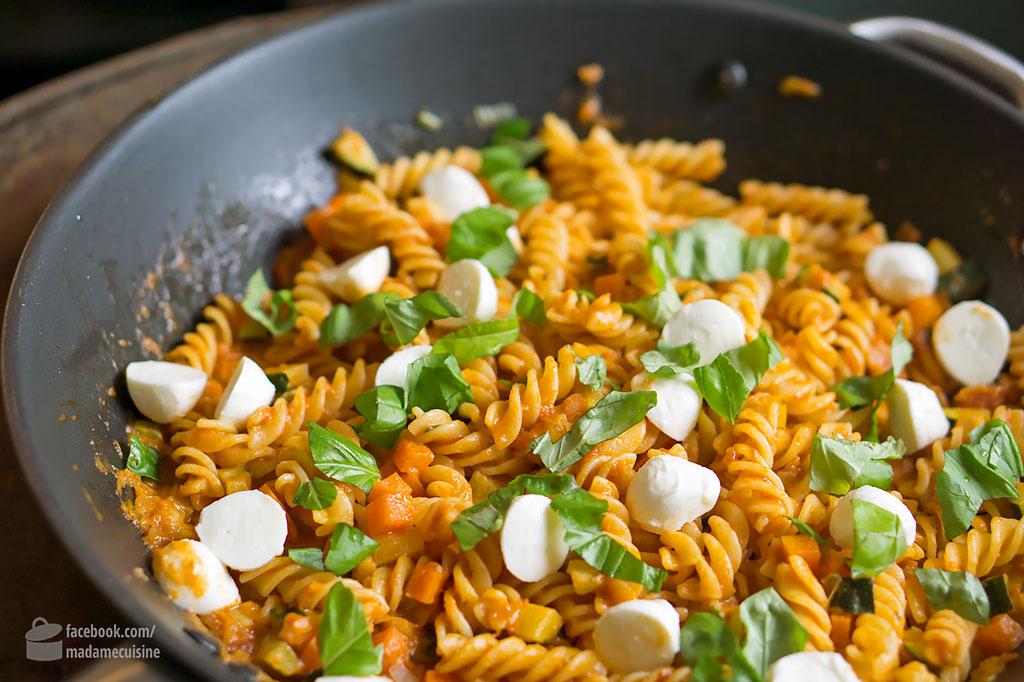 Nudelpfanne Mit Gemüse Und Mozzarella Madame Cuisine