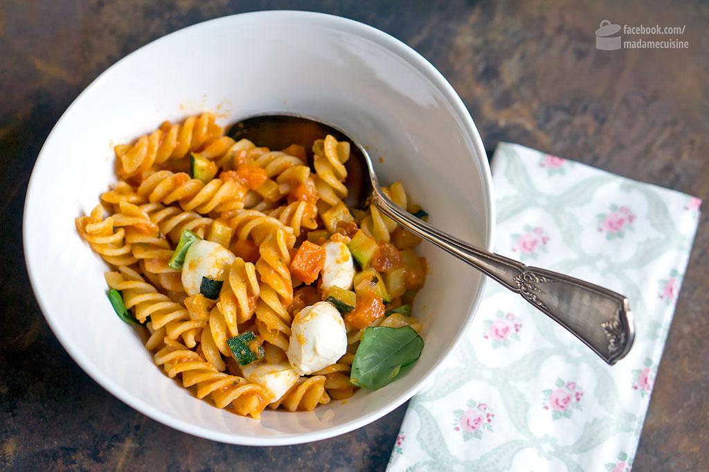 Nudelpfanne mit Gemüse und Mozzarella | Madame Cuisine Rezept