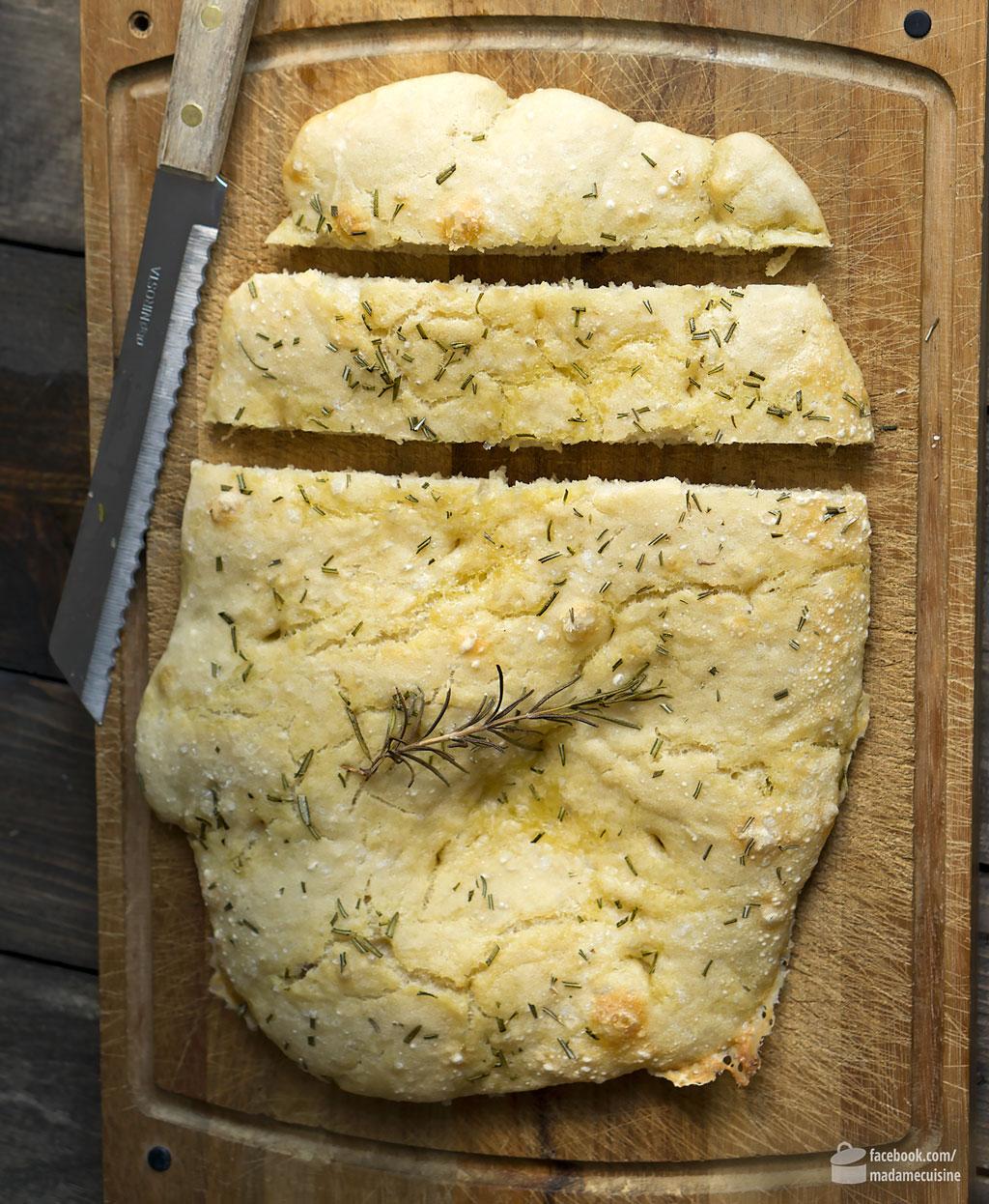 Klassische Italienische Focaccia mit Rosmarin | Madame Cuisine Rezept