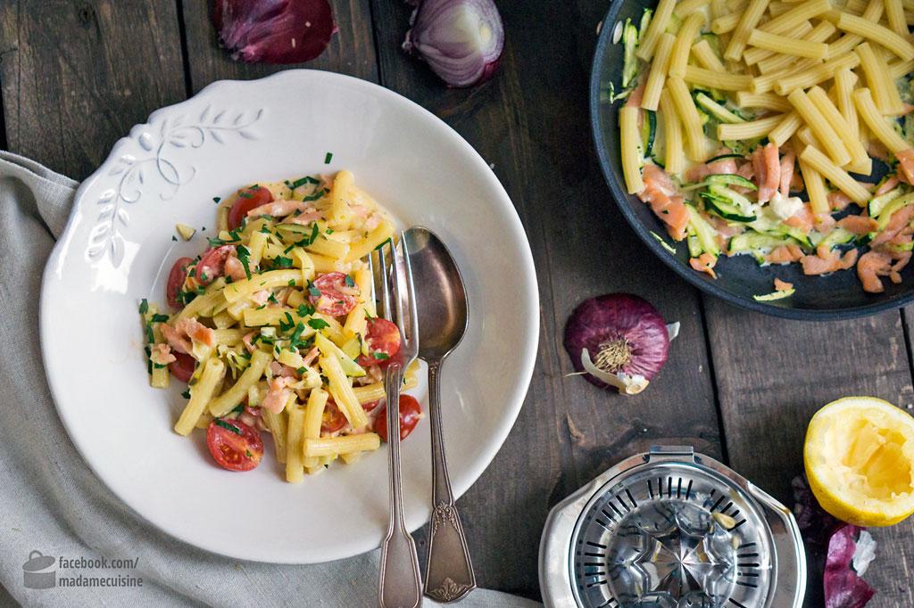 pasta mit lachs zucchini kirschtomaten madame cuisine. Black Bedroom Furniture Sets. Home Design Ideas