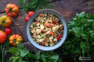 Couscous mit Tomaten, Gurke, Feta & Kräutern