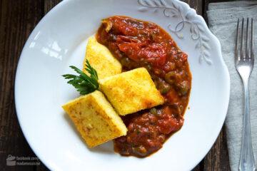 Polenta-Schnitten an Tomaten-Sugo