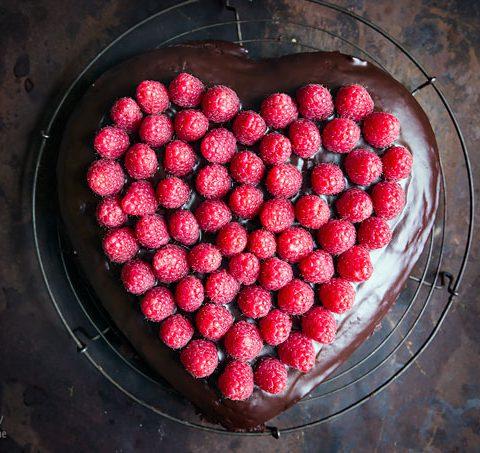 Schokoladenkuchen mit Himbeeren