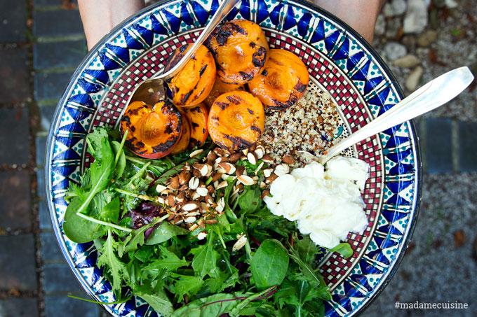Wildkräutersalat mit gegrillten Aprikosen und Burrata - Madame Cuisine