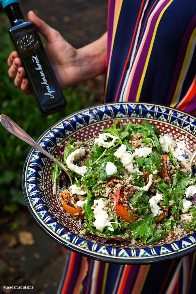 Wildkräutersalat mit gegrillten Aprikosen und Burrata | Madame Cuisine Rezept