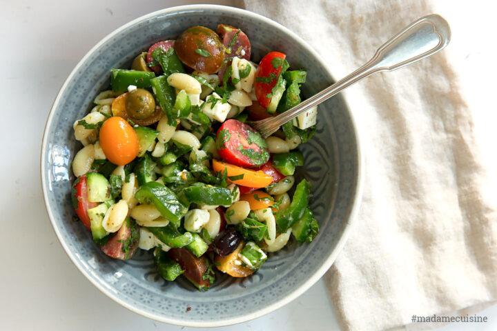 Griechischer Nudelsalat mit Paprika, Feta & Oliven | Madame Cuisine Rezept