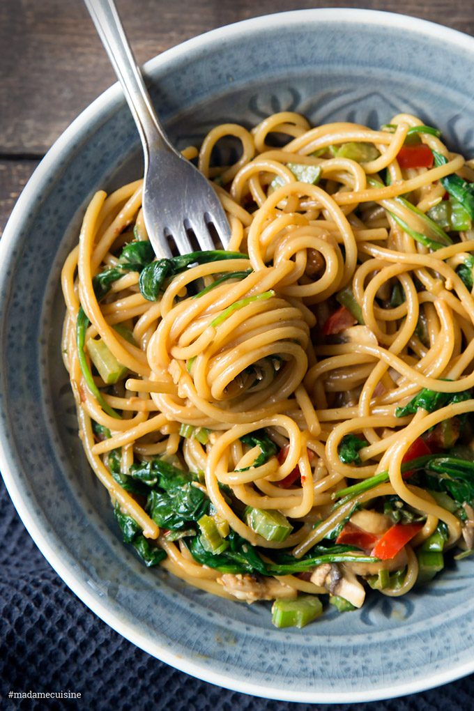 Asia-Nudeln mit Erdnuss und Gemüse | Madame Cuisine Rezept
