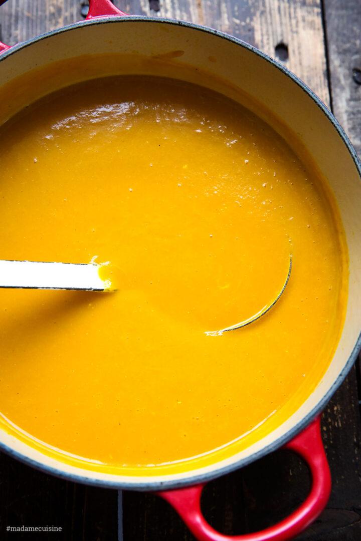 Vegane Kürbissuppe mit Salbei-Croutons | Madame Cuisine Rezept