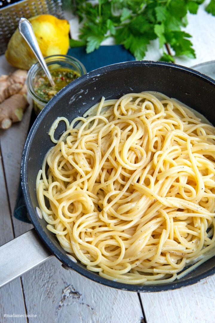 Spaghetti mit Kapern-Chili-Pesto | Madame Cuisine Rezept