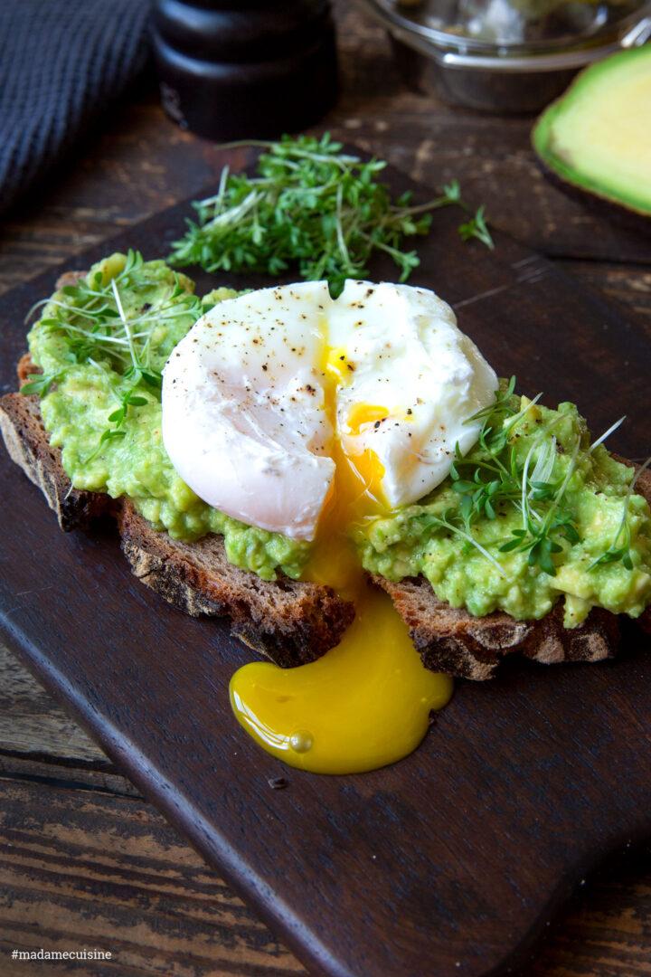 Pochiertes Ei auf Bauernbrot mit Avocado | Madame Cuisine Rezept