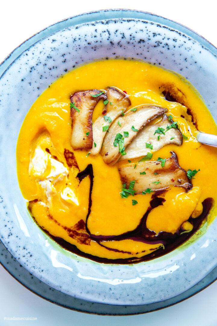 Kürbiscremesuppe mit Ingwer und Kräuterseitlingen | Madame Cuisine Rezept