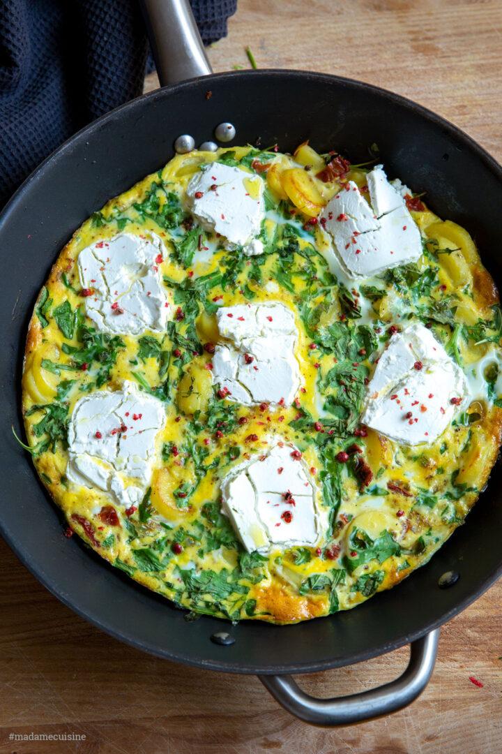 Kartoffel-Tortilla mit Rucola, Tomaten und Ziegenkäse | Madame Cuisine Rezept