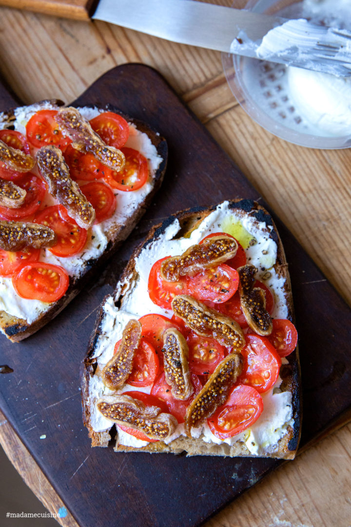 Bauernbrot mit Ziegenfrischkäse, Tomaten & Feigen | Madame Cuisine Rezept