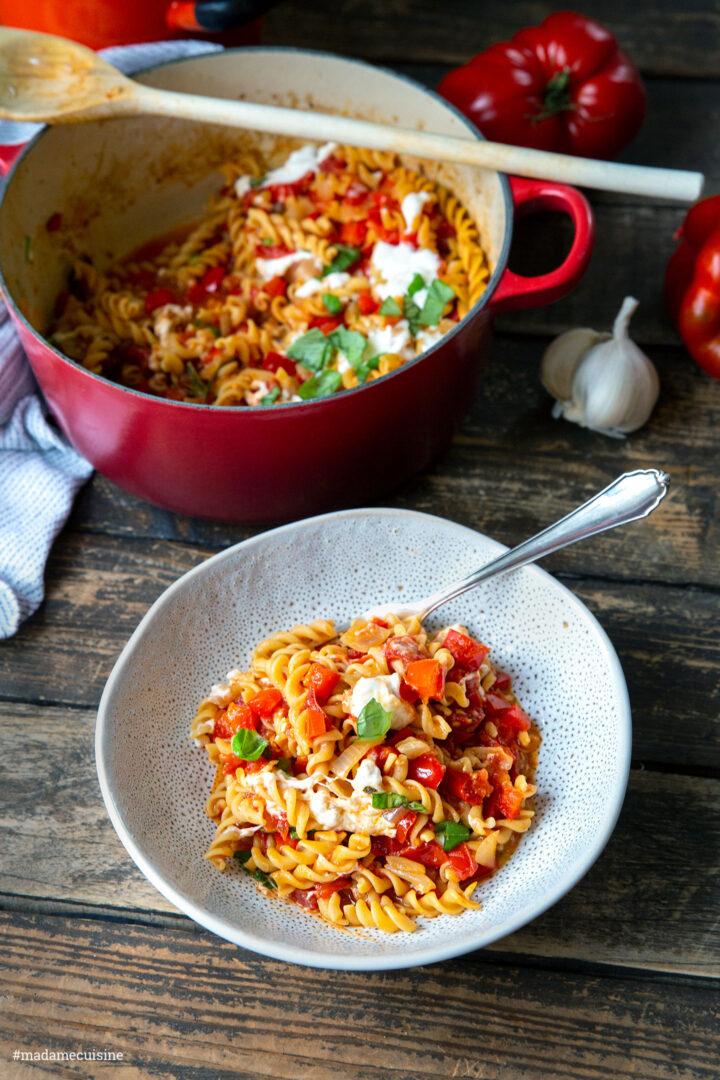 Kichererbsen-Pasta mit Tomaten-Paprika-Ragout | Madame Cuisine Rezept