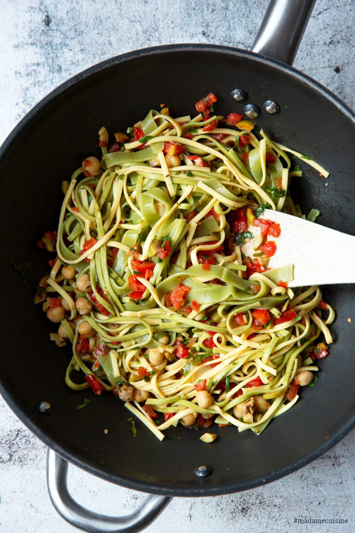 Sommerliche Pasta mit Oliven-Tomaten-Salsa | Madame Cuisine Rezept