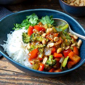 Szechuan-Gemüse mit gerösteten Erdnüssen | Madame Cuisine Rezept