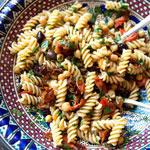 Mediterraner Nudelsalat – Perfekt für die warmen Tage | Madame Cuisine Rezept