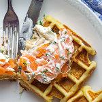 Herzhafte Waffeln mit Lachs und Meerrettich-Dip | Madame Cuisine Rezept