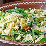 Nudelsalat mit Rucola, Oliven & getrockneten Tomaten | Madame Cuisine Rezept